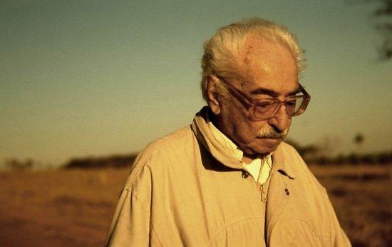 Local seco e vazio com um senhor idoso de óculos olha do para baixo no canto direito