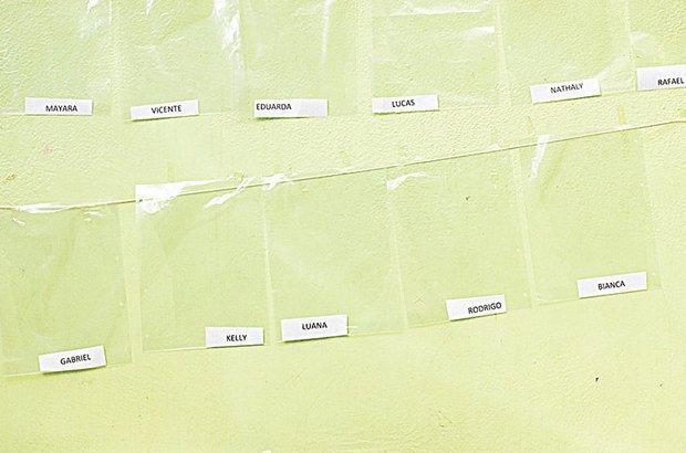 Reserve um espaço para as produções de cada criança. Para identificá-las, que tal saquinhos etiquetados?