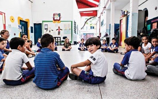Crianças sentadas em roda