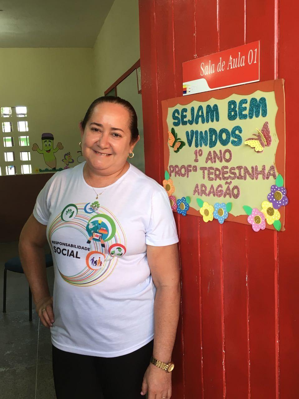 Professora Terezinha na porta de sua turma do 2º ano