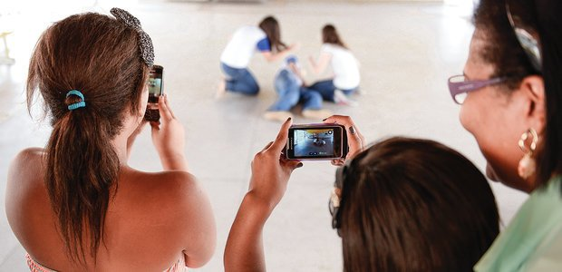Os alunos ensaiaram a cena e a gravação final foi feita com o celular da professora. Foto: Elisa Elsie
