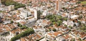 Vista aérea de cidade cheia de casas