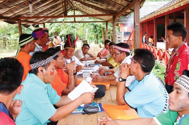 Peres Kaxinawá (de laranja, sentado) ajuda a formar outros docentes no Acre. Coordenação de Educação Indígena/AC