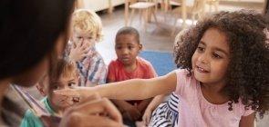 Criança pequena contando história? É possível!