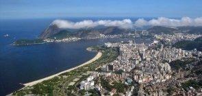 Vista aérea do aterro do Flamengo, no Rio de Janeiro, com o Pão de Açúcar ao fundo