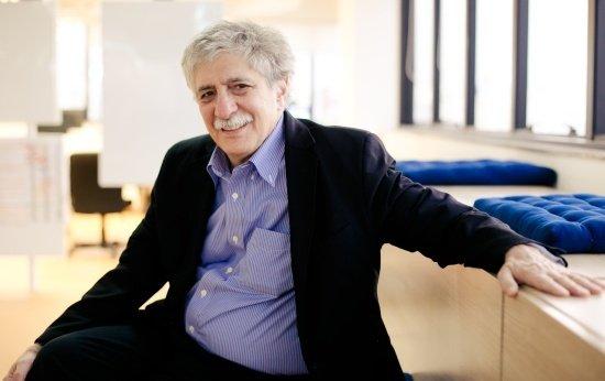 Professor Robert Selman sentado na redação de NOVA ESCOLA. Ele é um homem adulto, de cerca de 60 anos de idade, com bigode e cabelos brancos.