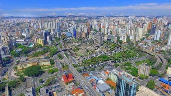Vista aérea da região central da cidade de Santo André, na região metropolitana de São Paulo, com destaque para o Paço Municipal no centro da imagem.