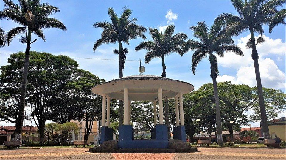 Praça central de Cristais Paulista