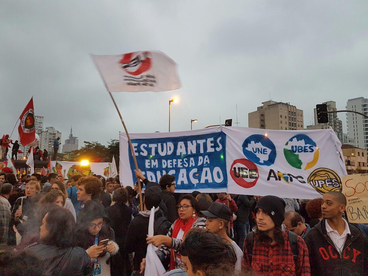 Estudantes se reúnem no Largo da Batata, em São Paulo