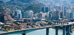 Vista da Terceira Ponte que corta um rio, entre as cidades de Vitória e Vila Velha