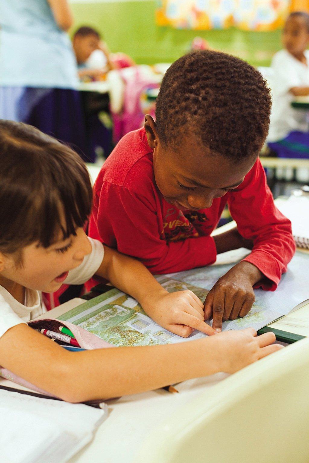 Organizar a rotina da alfabetização - crianças leem na aula