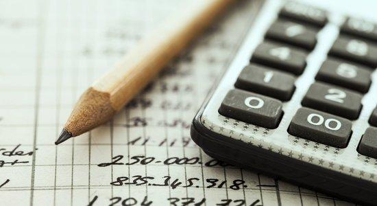 Calculadora e lápis sobre lista de gastos