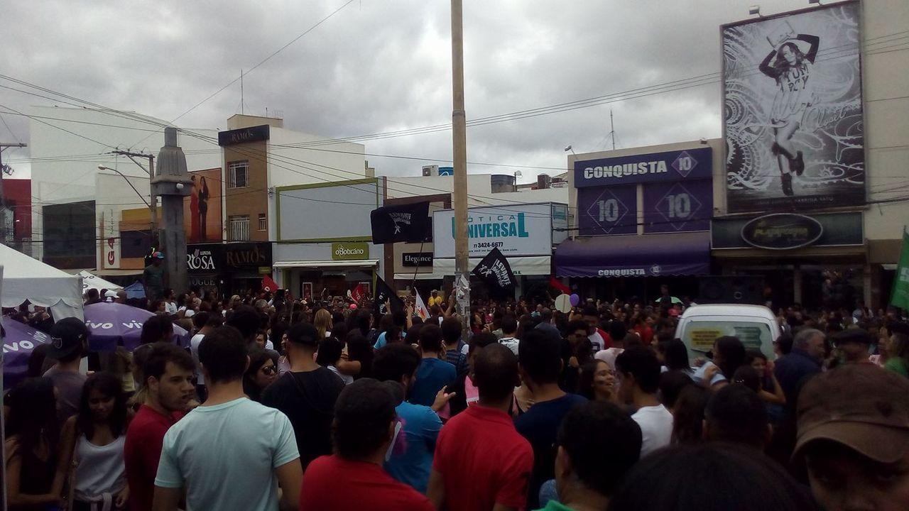 Pessoas protestam em Vitória da Conquista, na Bahia