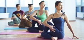 Grupo pratica yoga