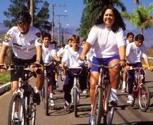 A professora Sibelly e um batedor da PM abrem caminho no passeio ciclístico dos alunos, em Itajubá (MG): Educação Física inovadora. Foto: Gustavo Lourenção