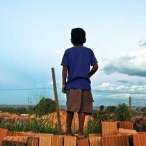 A distância da escola e problemas familiares impedem Pedro de voltar a estudar há mais de um ano na cidade de Marabá. Foto: Janduari Simões