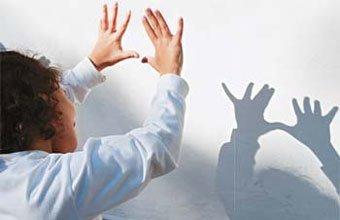 QUE BICHO É? Colocadas contra a luz, as mãos viram um monstro projetado na parede da sala. Foto: Fernanda Sá