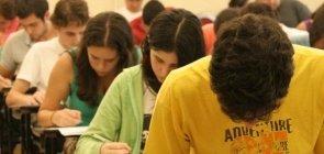 Estudantes do ensino médio realizam prova do Enem