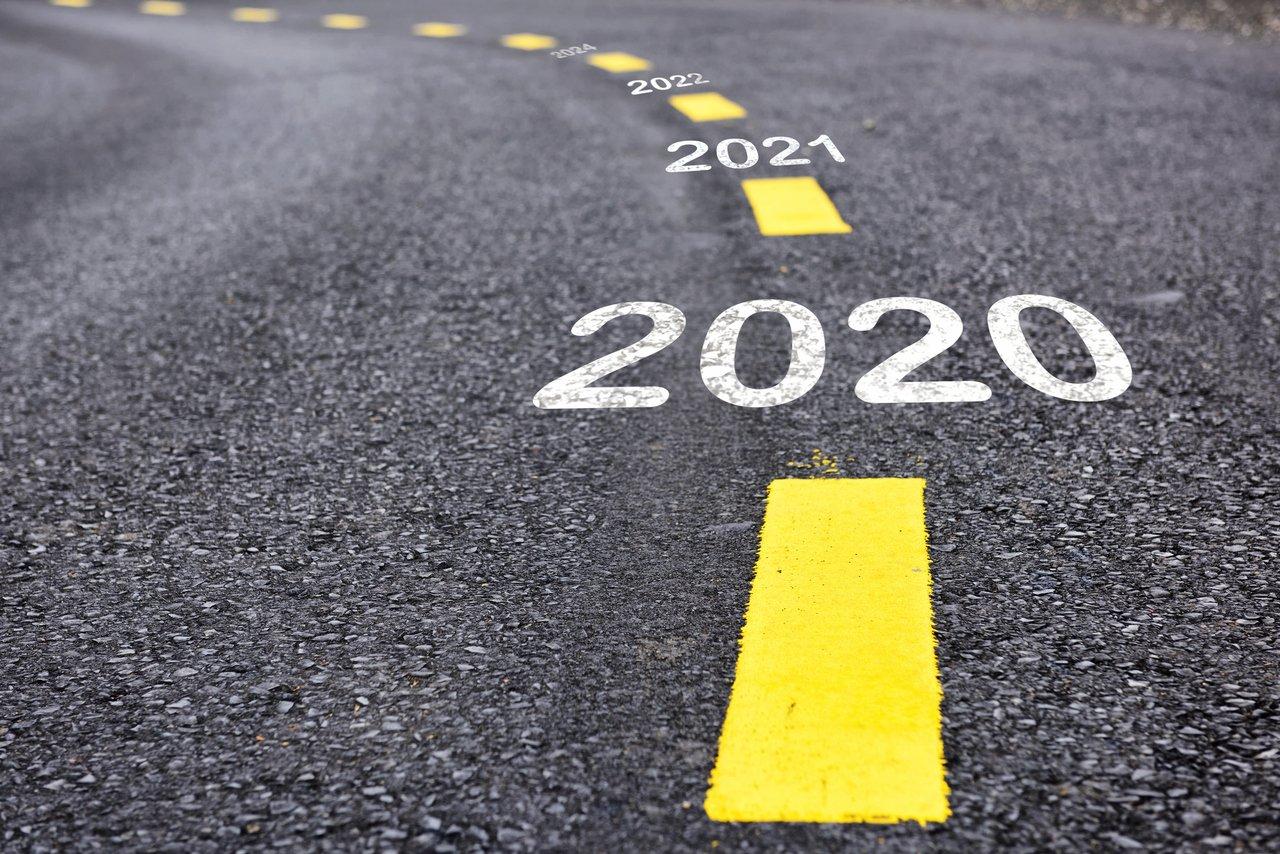 estrada com 2020 em destaque e ao fundo escrito 2021