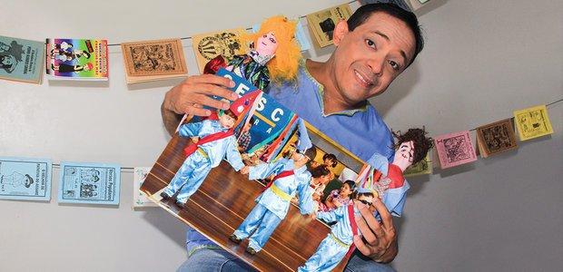 Lopes, os cordéis e uma das montagens teatrais feitas com seus alunos em Fortaleza. Foto: Arquivo pessoal/Luciano Lopes e Helene Santos
