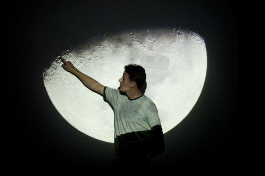 Para esclarecer que ver figuras na Lua (como São Jorge) é subjetivo, Felipe mostrou o impacto de sólidos e líquidos nas superfícies. Com isso, os estudantes concluíram que as manchas que vemos da Terra são, na verdade, variações no relevo lunar.