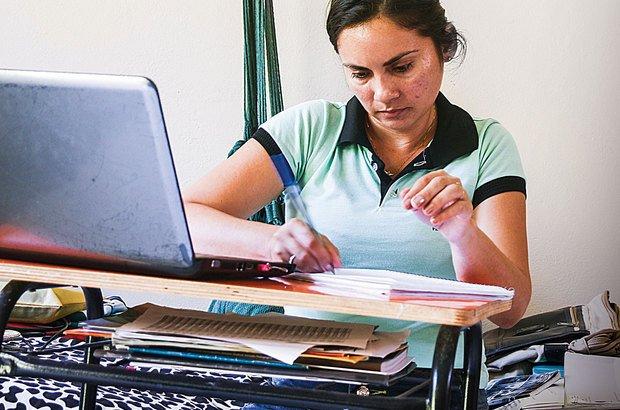 Francilene planeja as aulas sentada na cama do quarto que divide com as outras docentes. Janduari Simões