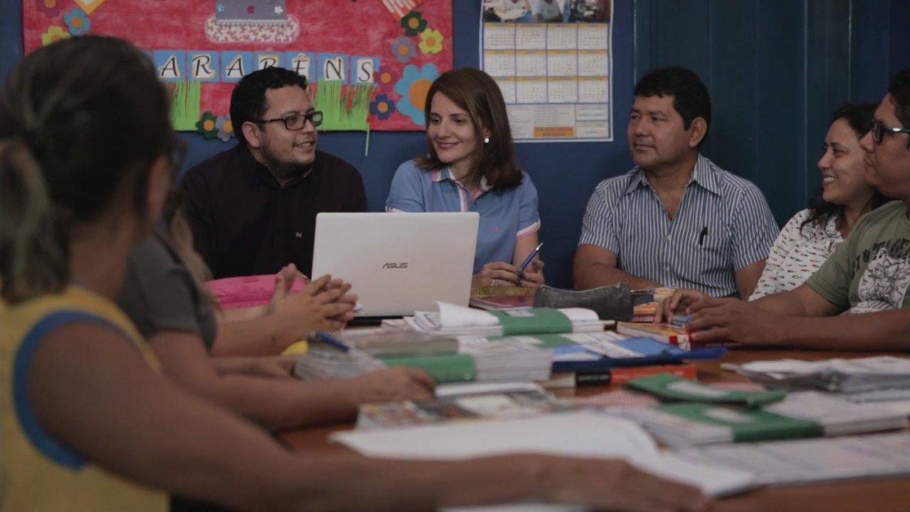 Rodrigo Froés reunido com outros professores em escola de Manaus
