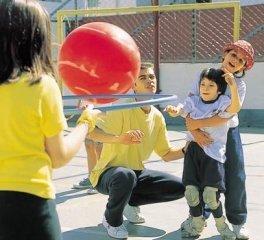Mary joga com a ajuda de uma colga e do professor Fabio, em São Paulo: sim à iclusão