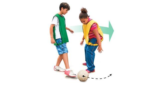 No drible da vaca, o jogador engana o adversário dando um toque leve na bola pela direita e depois corre pela esquerda