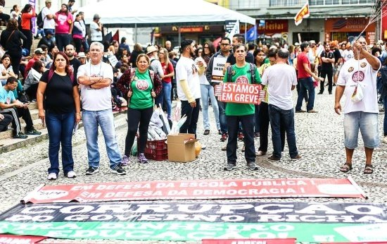 Manifestação de professores em Curitiba
