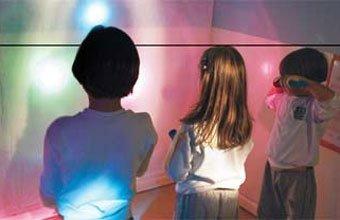 SOMBRA DIFERENTE Lanternas cobertas de papel celofane ou tecido fino enchem a sala de cores. Foto: Fernanda Sá