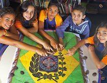 Os alunos se deram conta de que o ramo de café colocado na bandeira simboliza a força ecomômica e política que o produto tinha no Império. Foto Pedro Motta. Ilustração Diego Martinez