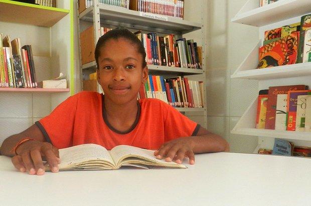 <em>A leitura é uma coisa muito especial para mim. Ela é muito importante porque aprendi algumas palavras que eu não sabia ler ou escrever. Por isso não fico sem ler. Em 2012, li trinta livros da biblioteca. Porque o livro é uma página da educação.</em> Jéssica Sousa de Oliveira, aluna do 7º ano da EMEF de Souza Marques, na zona rural de Iraquara, Bahia. Arquivo pessoal/EM Anísio de Souza Marques