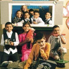 A professora Simone e os alunos da 4ª série da escola Egon Schaden, em Francisco Morato (SP): no final do projeto sobre trabalho infantil, a garotada interpreta apresentadores de telejornal e de comerciais, repórteres e cinegrafistas e aprende como a televisão é feita. Foto: Ricardo Benichio