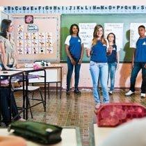 Em quartetos, os alunos elegeram um conto para apresentar para os colegas. Assim, todos puderam conhecer diversos textos e comentá-los. Foto: Alexandre Rezende