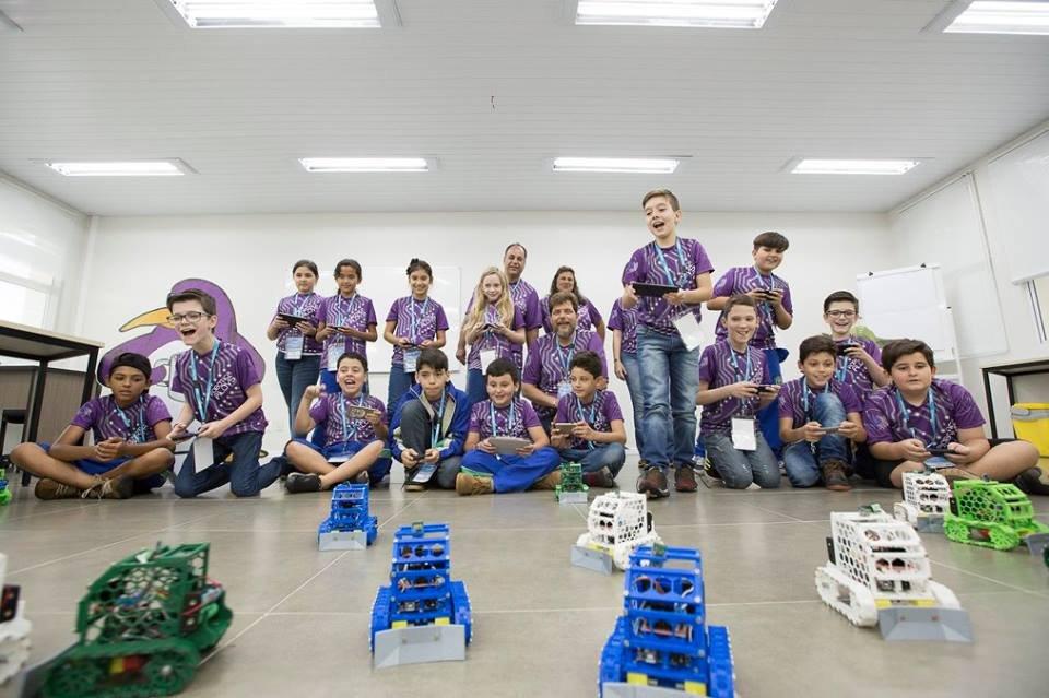Alunos da Escola Municipal Aloys João Mann, em Cascavel, no Paraná, controlam os robôs que produziram