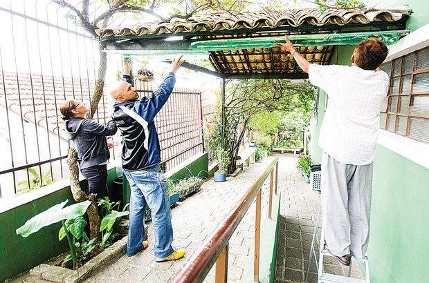 Ao construir uma calha e captar água da chuva, estudantes regam a horta comunitária. Ramón Vasconcelos