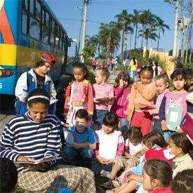 COMUNIDADE ENVOLVIDA Pais e mães foram incentivados a participar e ler para os filhos até a caminho da escola. Foto: Kris Knack