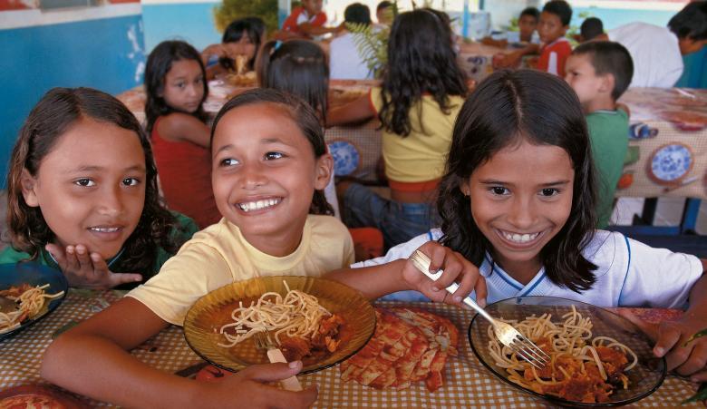 Respeito e aprendizagem: pratos e copos de vidro e talheres de metal passaram a fazer parte do dia-a-dia das crianças da EM Bairro Industrial, em Barcarena. E sem acidentes. Foto: Paulo Santos