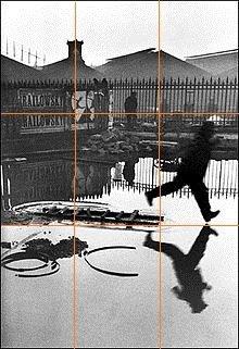 Regra dos terços na fotografia Praça na Estação de Trem Saint-Lazare, de Henri Cartier-Bresson