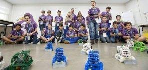 Alunos da Escola Municipal Aloys João Mann, em Cascavel, no Paraná, testam seus robôs