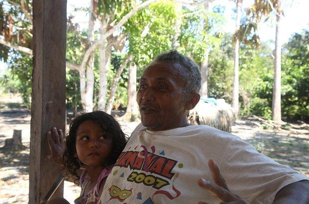 No caminho de volta, a equipe de reportagem parou em várias comunidades. Em uma delas, Raimundo do Rosário Batista contou o orgulho de ter sete de seus 14 filhos na EM Victor Civita.