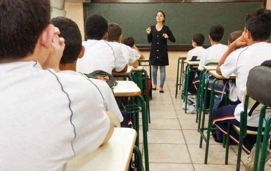 Professor da rede pública ganha R$ 700 a mais que o da rede privada, em média