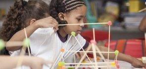Massinha, palitos e jujubas: como trabalhar formas tridimensionais