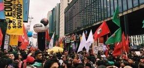 Ato contra cortes na Educação lota Avenida Paulista