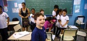 Em sala de aula, alunos brincam.