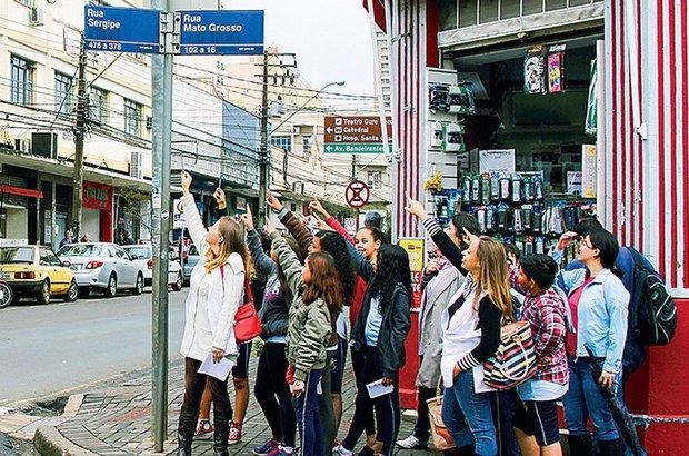Na Rua Sergipe, a turma investigou as mudanças na paisagem já estudadas na escola. Fábio Augusto