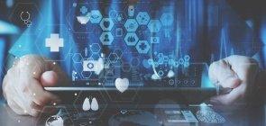 Computador com ícones de tecnologias e novas mídias