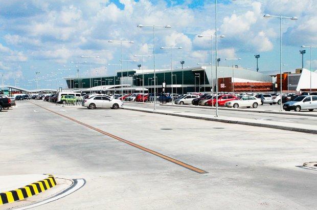 Manaus. Além da construção do estádio, o pacote de obras da Copa em Manaus prevê a reforma e a modernização do Aeroporto Internacional de Manaus/Eduardo Gomes. O projeto, orçado em 444,46 milhões de reais, vai ampliar a área atual e o número de passageiros, entre outras melhorias.