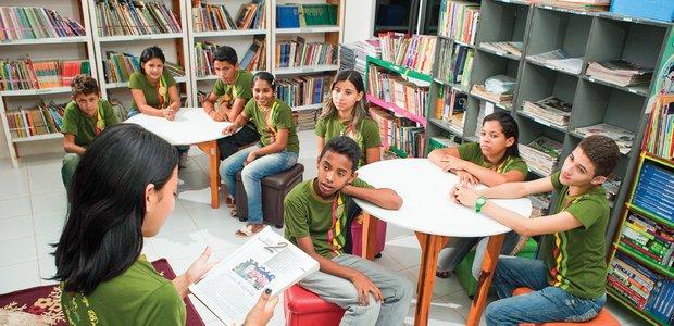 A biblioteca, que antes era um espaço desconhecido, passou a fazer parte do cotidiano destes meninos e meninas. Foto: Drawlio Joca
